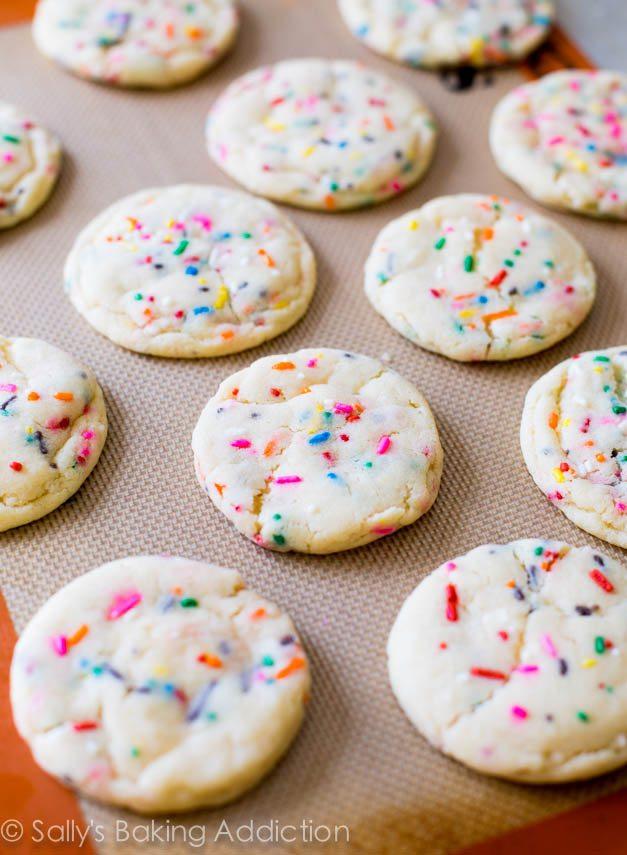 biscuits au sucre funfetti sur un tapis de cuisson silpat