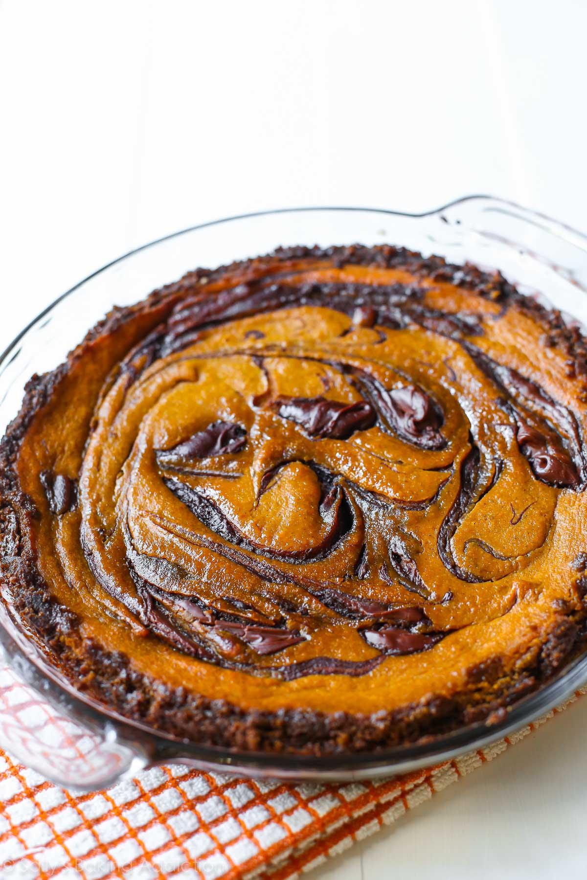 Une touche de tarte à la citrouille traditionnelle - tourbillonnée de Nutella décadent et cuite dans une croûte de gingembre. Recette sur sallysbakingaddiction.com