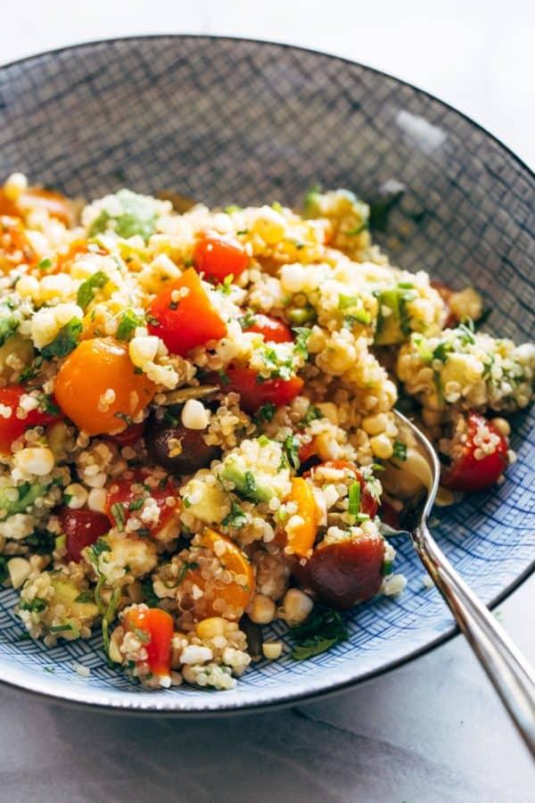 Salade de maïs, d'avocat et de quinoa dans un bol à la fourchette.