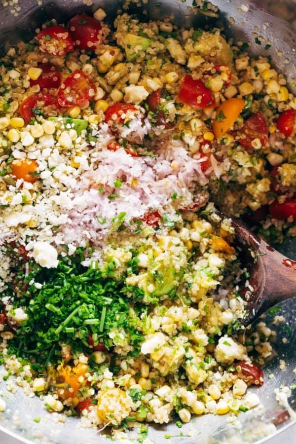 Ingrédients pour la salade de maïs, d'avocat et de quinoa dans un bol de service.