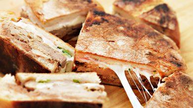 Photo of Sandwich au porc Carnitas et Au fromage Oaxaca avec des haricots frits épicés et des oignons rouges marinés Recette