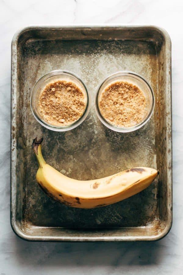 Ingrédients pour la tarte à la crème de banane sur une plaque.
