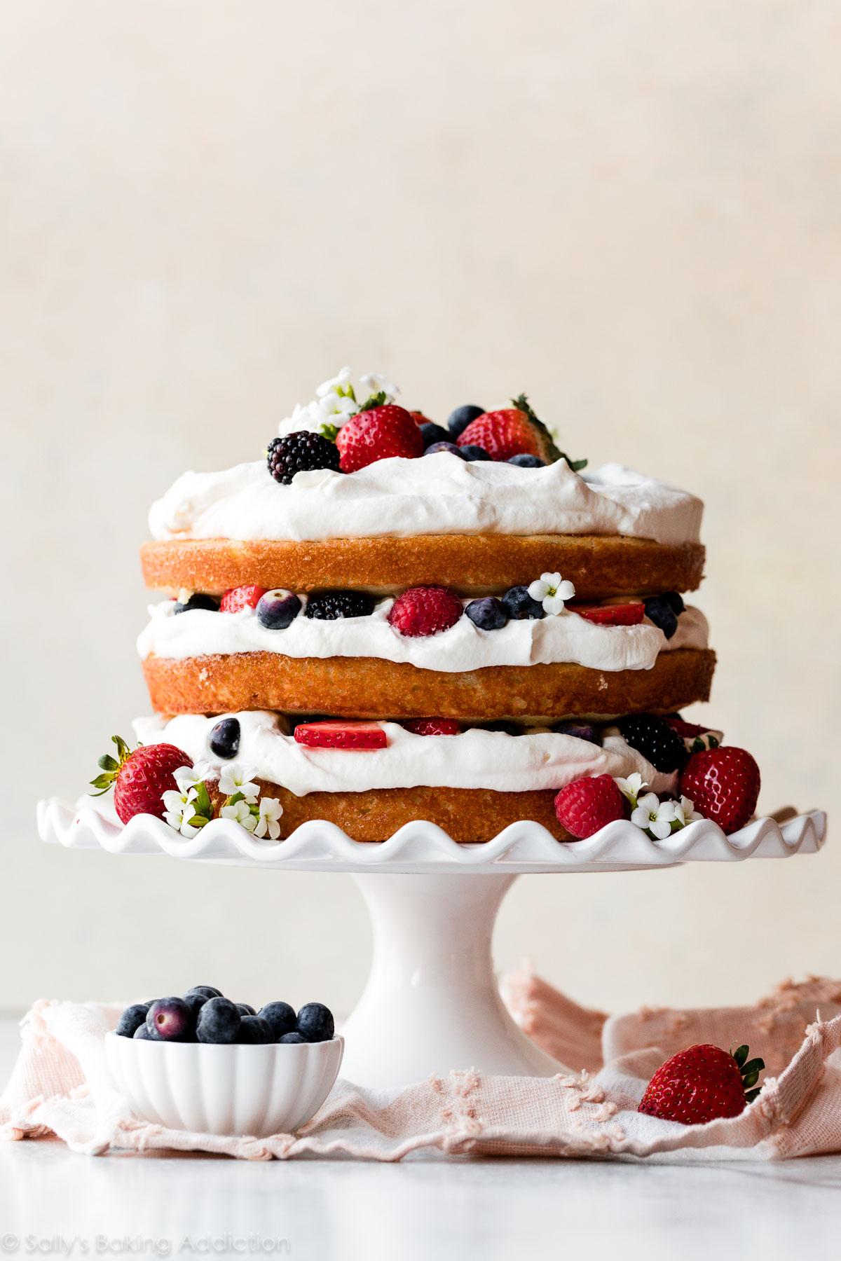 gâteau frais de baies et crème fouettée