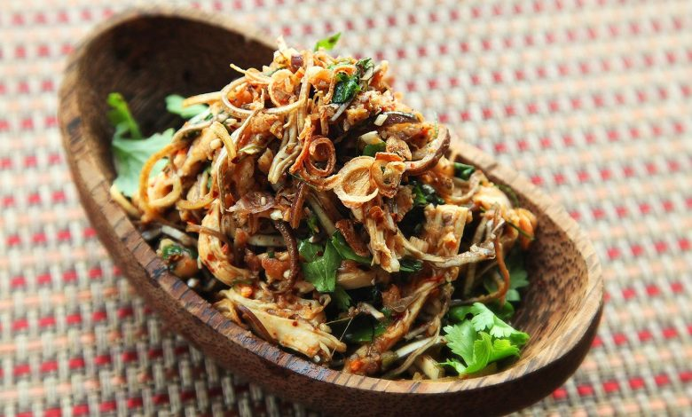Photo of Thai-Style Spicy Chicken, Banana Blossom, and Herb Salad (With Lots of Fried Things) Recette