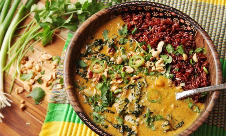 Photo of Soupe végétalienne aux arachides, patates douces et chou frisé à la noix de coco