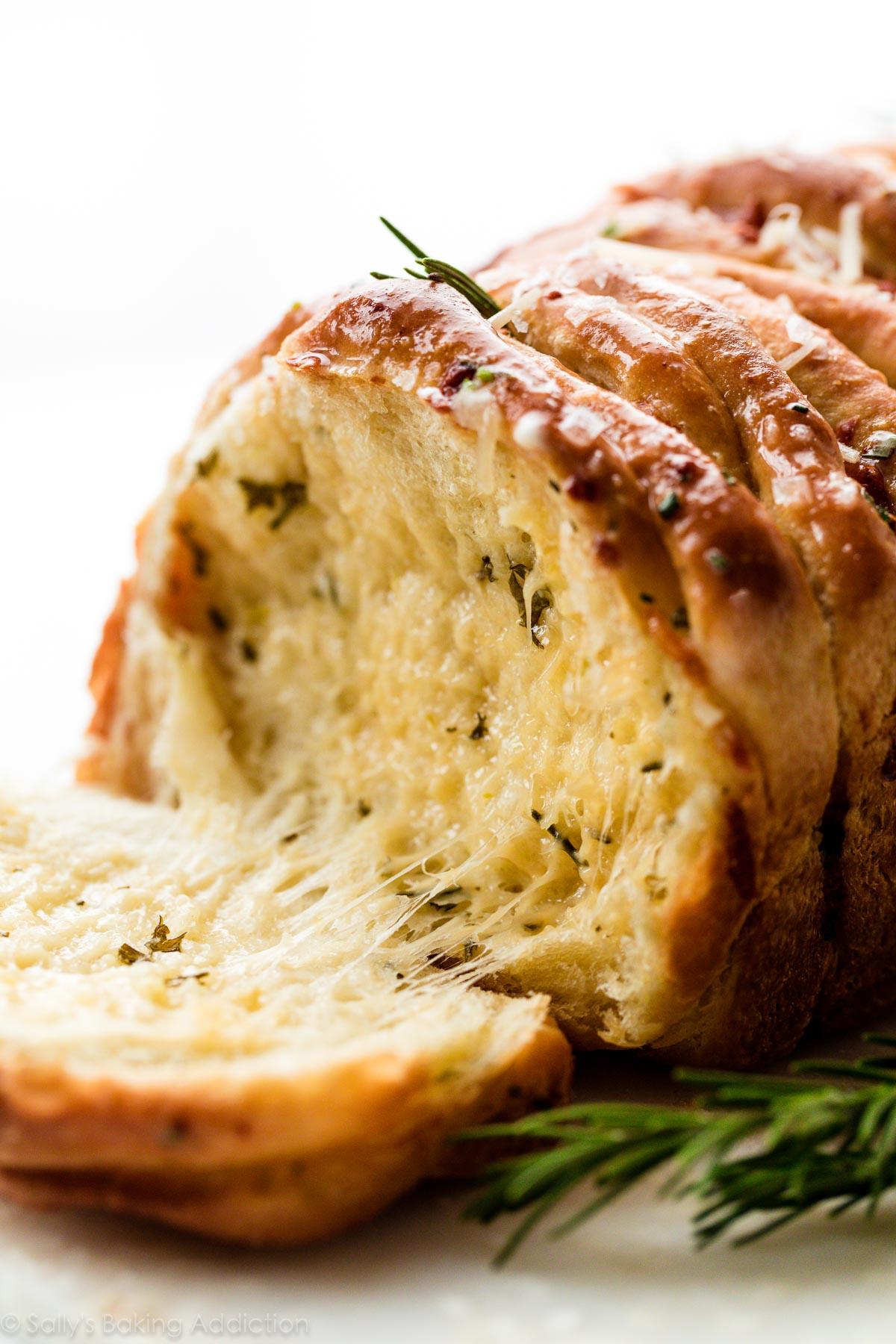 Photo en gros plan de la miche de pain au romarin à l'ail