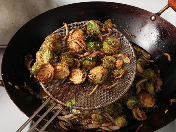 Photo of Choux de Bruxelles frits aux échalotes, miel et vinaigre balsamique