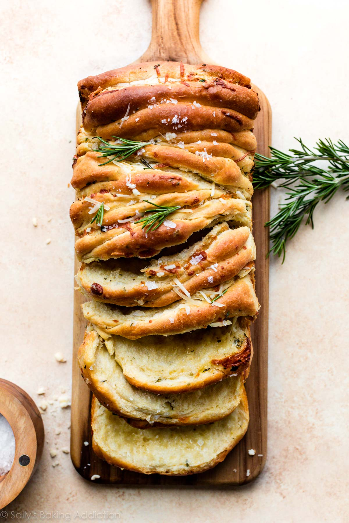 Ail séparer le pain sur une planche à découper