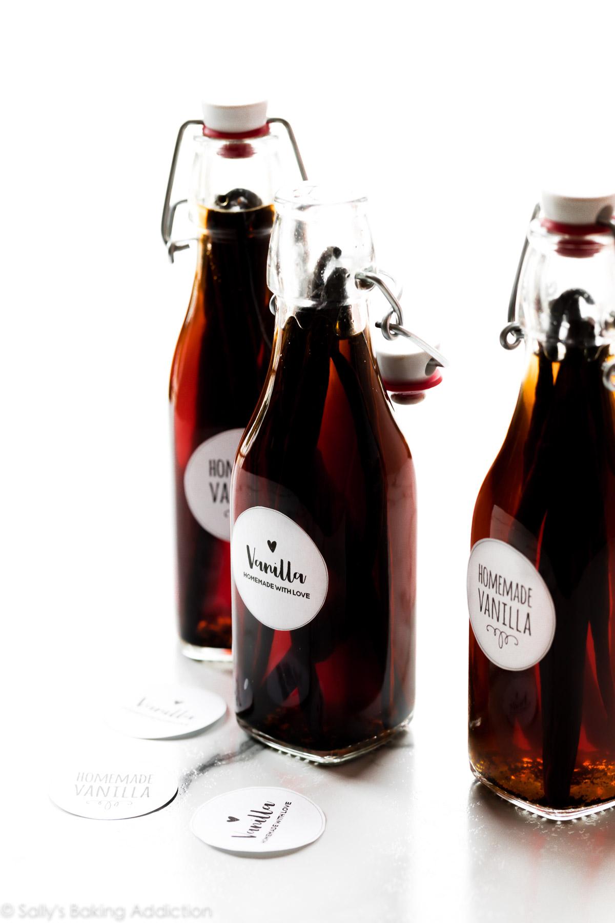 extrait de vanille maison dans des bouteilles en verre