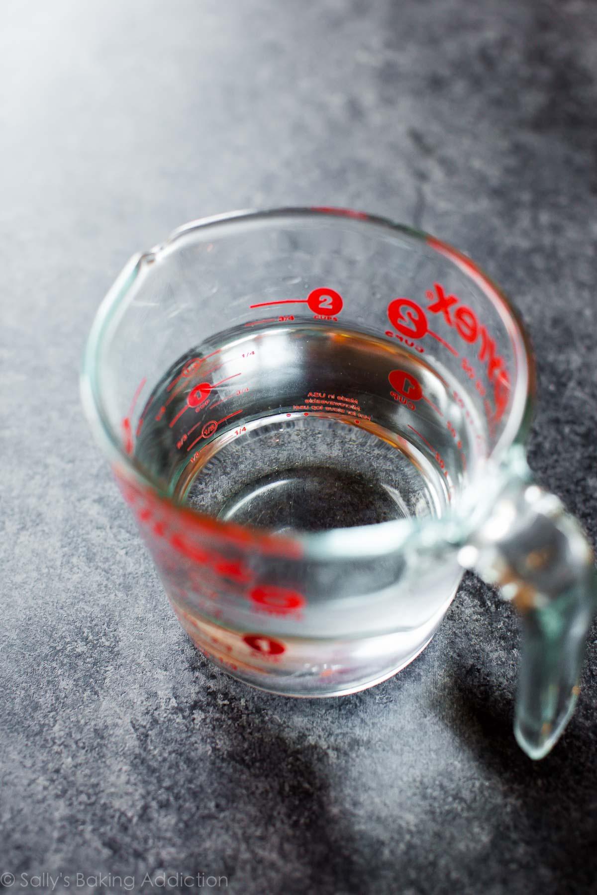 tasse à mesurer en verre remplie d'eau