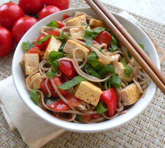 Recette de soba au tofu, aux tomates et au basilic