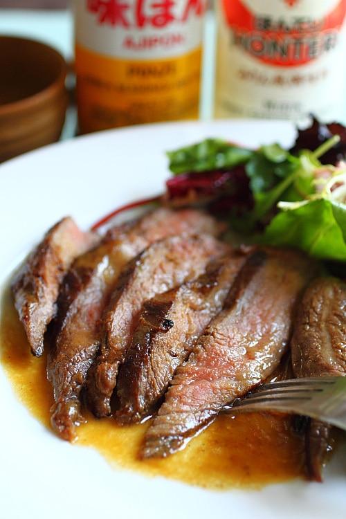 Bifteck de flanc sur une assiette.