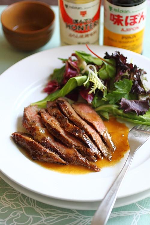 Bifteck de flanc grillé sur une assiette.