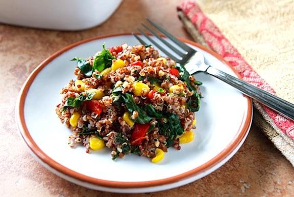 Pilaf de quinoa rouge avec chou frisé et maïs