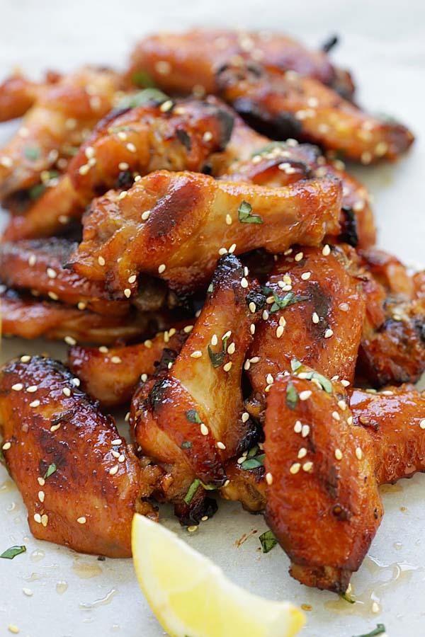 Marinade d'ailes de poulet japonais facile et délicieuse avec de la pâte de miso et du miel.