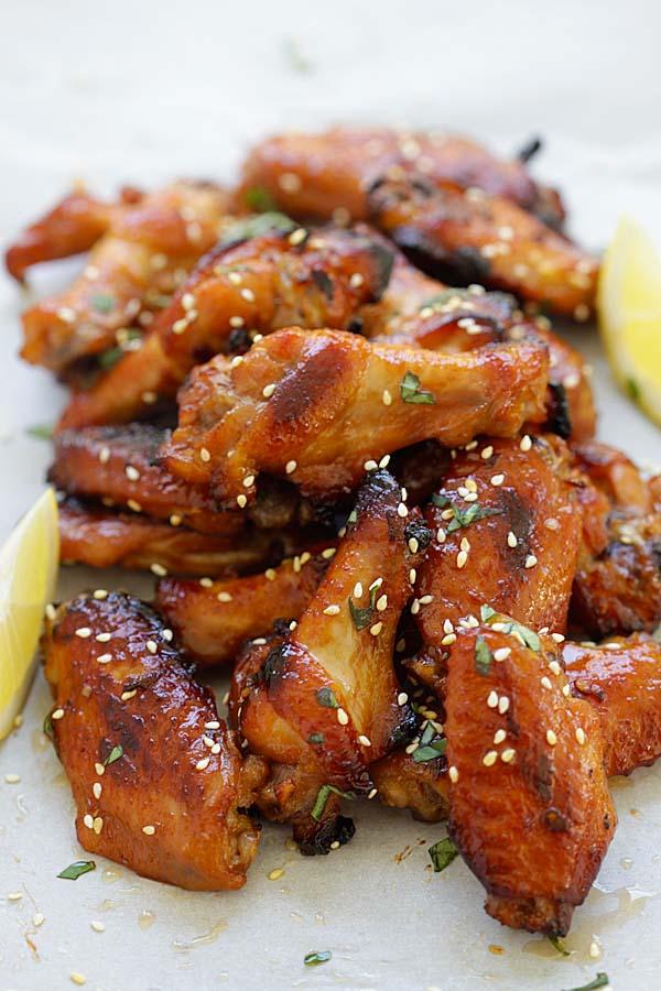 Ailes de poulet faciles et rapides à saveur japonaise avec miso et miel.