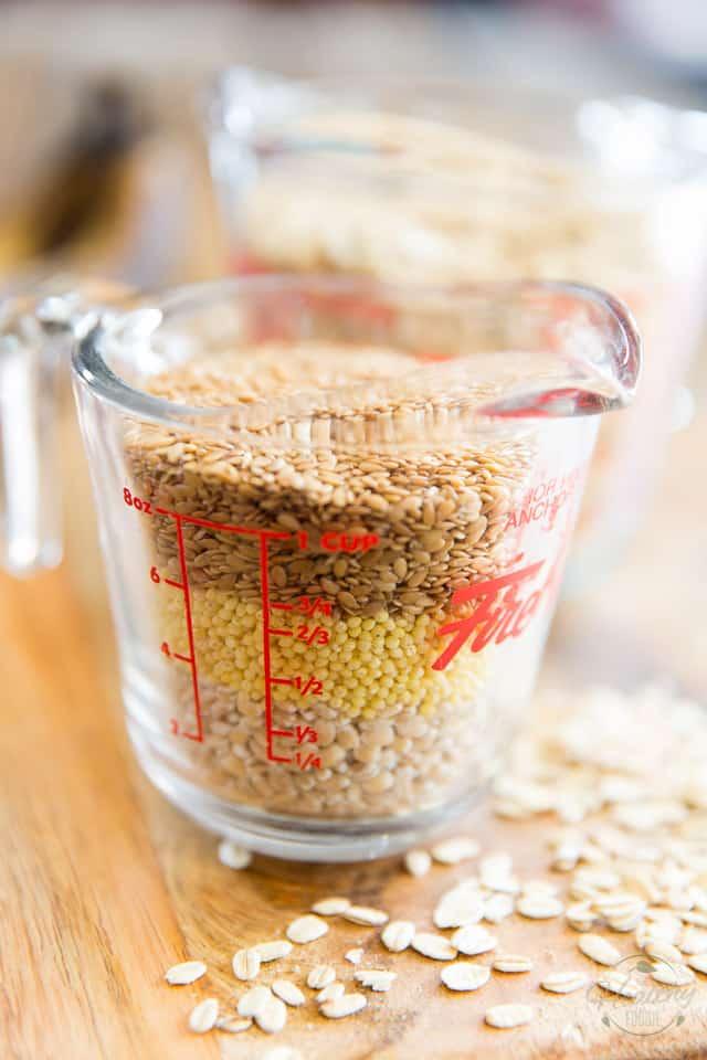 Graines d'orge, de millet et de lin dans une tasse à mesurer en verre