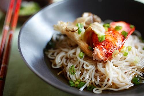 Homard japonais fait maison et nouilles aux champignons prêtes à servir.