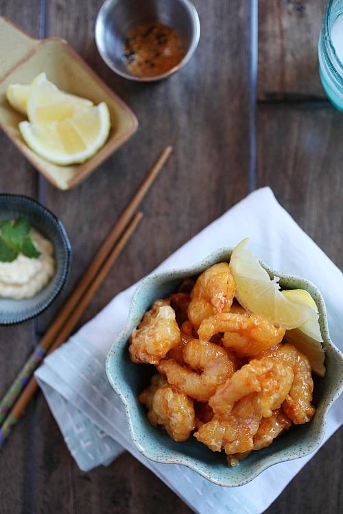 Apéritif de crevettes à la dynamite japonaise dans un riche glaçage à la mayonnaise sriracha, prêt à servir.