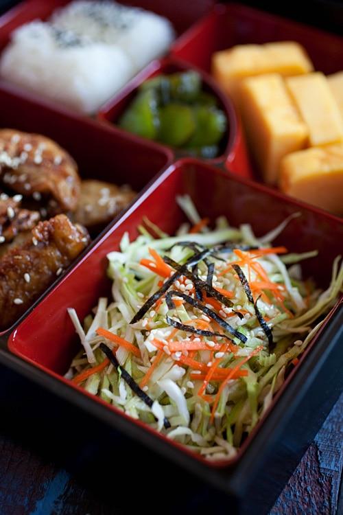 Gros plan de salade japonaise dans une boîte à bento.