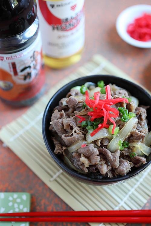 Bol de bœuf japonais Gyudon bœuf mijoté avec oignon, sauce soja et riz dans un bol.