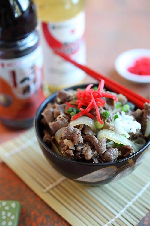 Sauté de bœuf de style teppanyaki japonais avec sauce japonaise brune sur un bol de riz cuit à la vapeur.