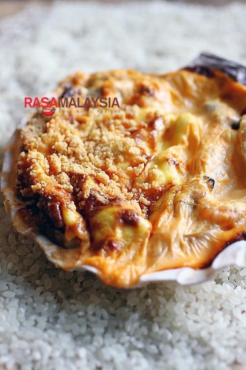 Dynamite de fruits de mer - bébés crevettes, chair de crabe, pétoncles de laurier, palourdes dans une sauce crémeuse à la mayonnaise, agrémentée d'un peu de masago.  |  rasamalaysia.com