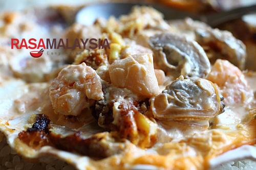 Dynamite de fruits de mer - bébés crevettes, chair de crabe, pétoncles de laurier, palourdes dans une sauce crémeuse à la mayonnaise, agrémentée de masago  |  rasamalaysia.com