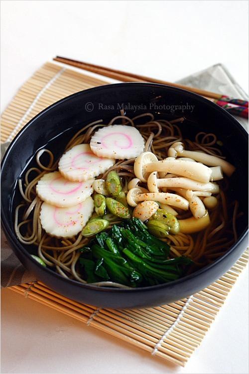 Recette de soba (nouilles japonaises au sarrasin) - J'ai préparé une soupe de soba ou de nouilles japonaises au sarrasin, garnie de mon gâteau de poisson japonais préféré «naruto», d'épinards bouillis et de champignons buna shimeji.  |  rasamalaysia.com