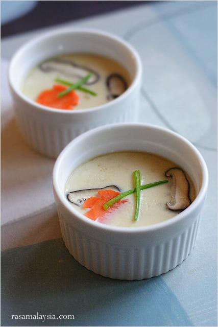Le chawanmushi ou crème aux œufs cuite à la vapeur (茶碗 蒸 し) est un plat japonais populaire, qui est principalement commandé comme apéritif dans les restaurants japonais.  |  rasamalaysia.com