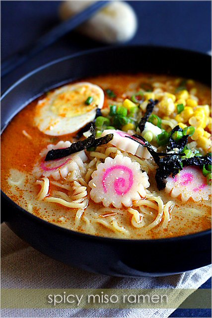 Ramen miso épicé avec gâteau de poisson japonais coloré et oignons verts dans un plat de service
