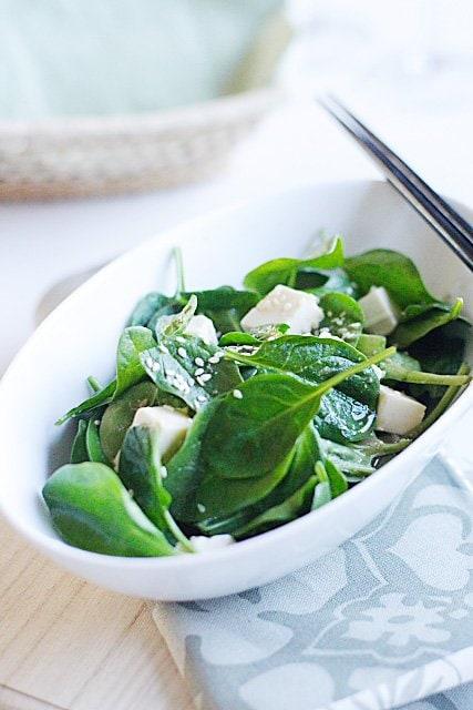Commencez votre régime alimentaire sain aujourd'hui avec un bol de cette agréable salade d'épinards et de tofu fraîche et délicieuse avec une vinaigrette miso au sésame - une merveilleuse salade servie dans mon restaurant japonais préféré.  |  rasamalaysia.com