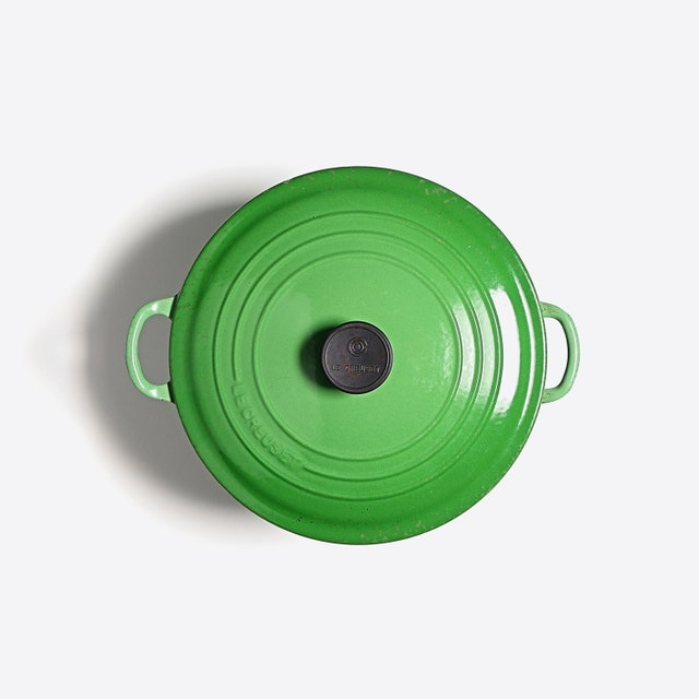 L'image peut contenir un jouet frisbee et un bol