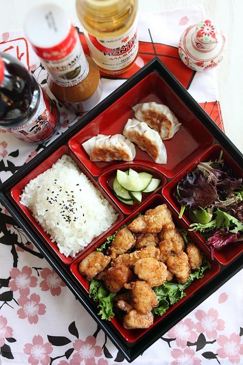 Bouchées de karaage au poulet frit japonais faciles et délicieuses dans une boîte à lunch bento.