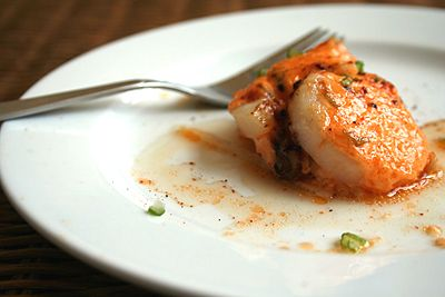 Recette de pétoncles cuits au four avec sauce crémeuse épicée - pétoncles parfaitement cuits (la garniture de mayonnaise brun doré se pavane) avec des champignons enoki dans une sauce crémeuse épicée.  |  rasamalaysia.com