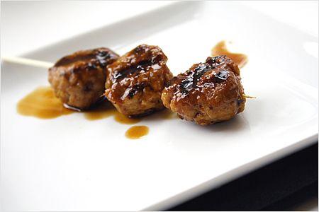 Recette de Yakitori (boulettes de viande de poulet grillé) - Ce sont juteuses, délicieuses et certainement mon article préféré et incontournable dans les restaurants yakitori.  |  rasamalaysia.com