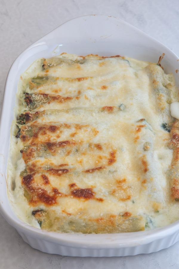 cannelloni cuit au four dans un plat allant au four blanc.