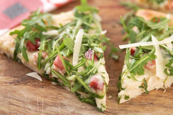 2 tranches de pizza sur une planche de bois.