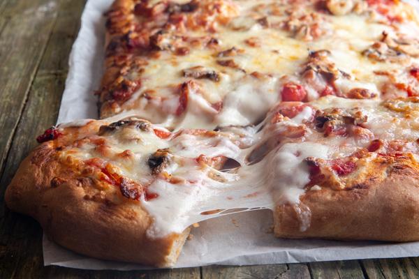 une tranche de morceaux retirée de la pizza.