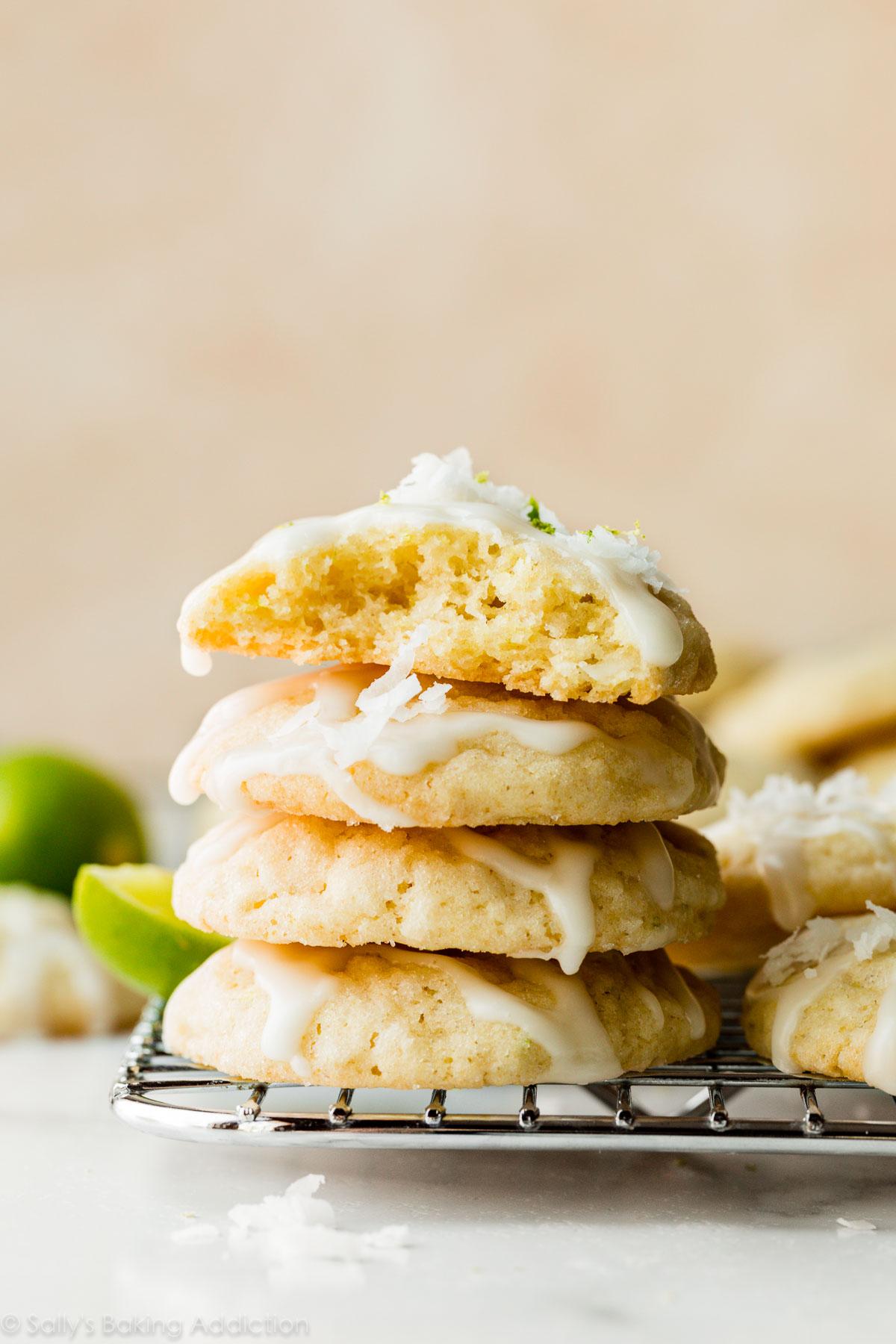 Pile de biscuits à la lime et à la noix de coco