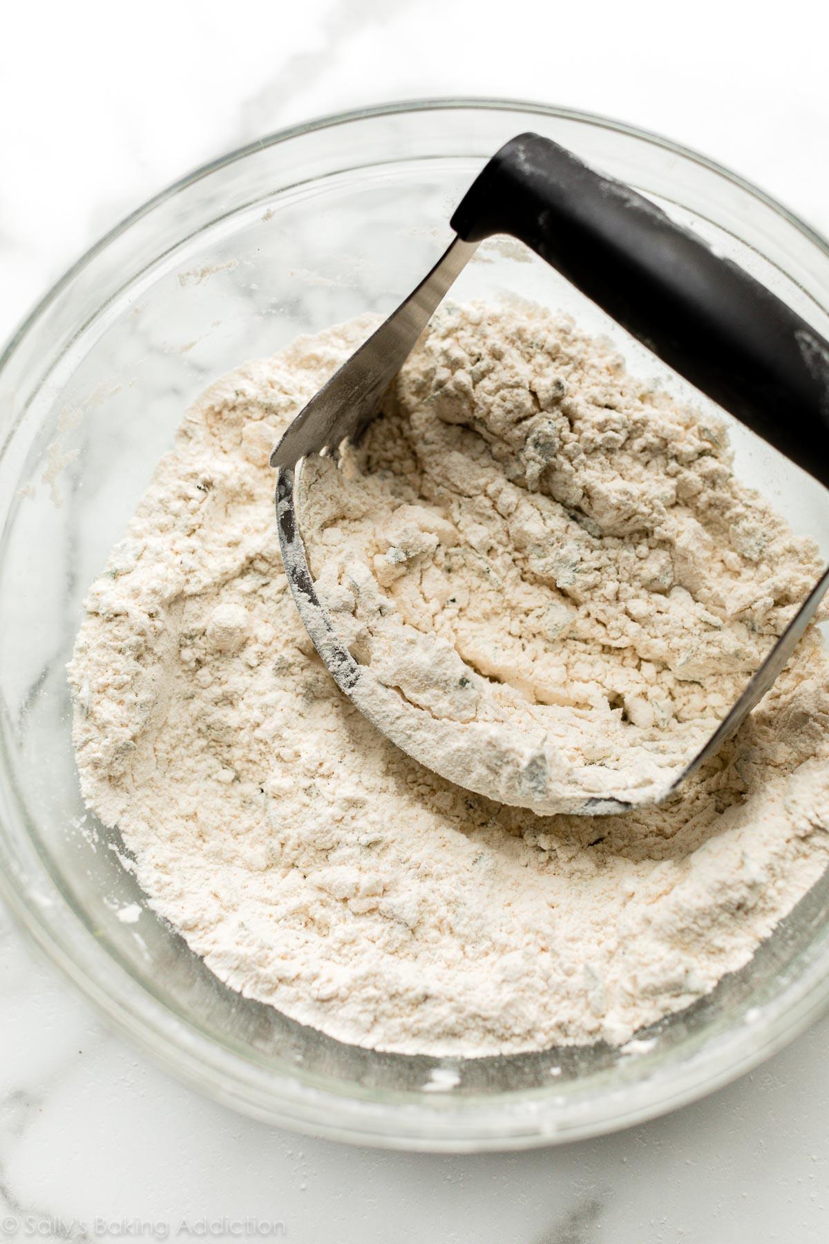 beurre froid coupé en ingrédients secs à l'emporte-pièce