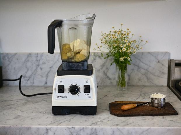 Ingrédients de la trempette aux artichauts dans un mélangeur