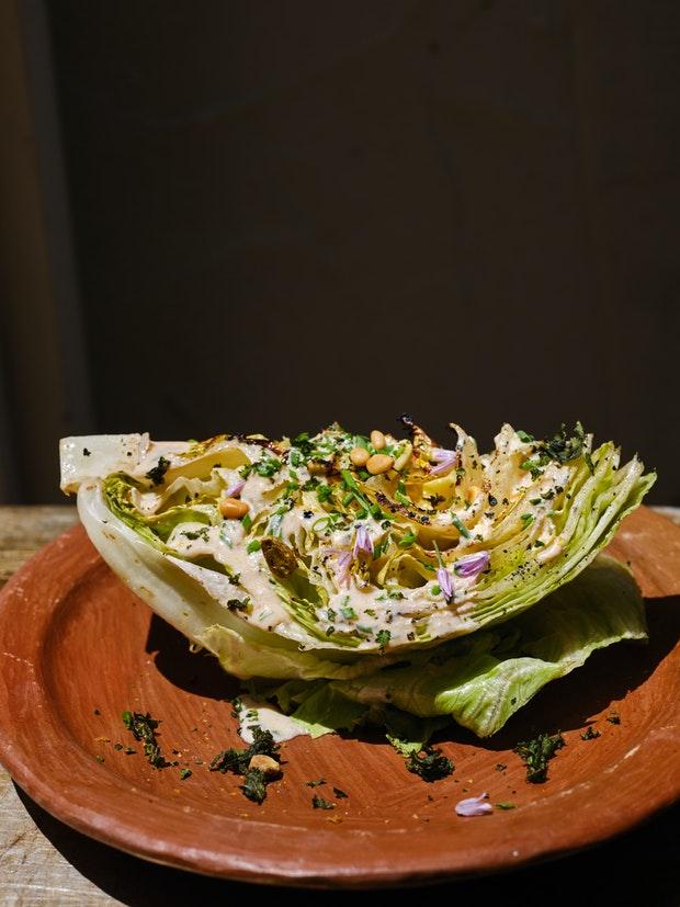 Salade de quartiers grillés avec vinaigrette ranch au babeurre épicée sur une assiette