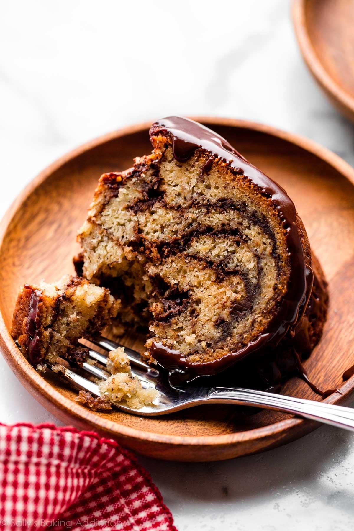 Tranche de gâteau bundt banane marbré chocolat sur plaque