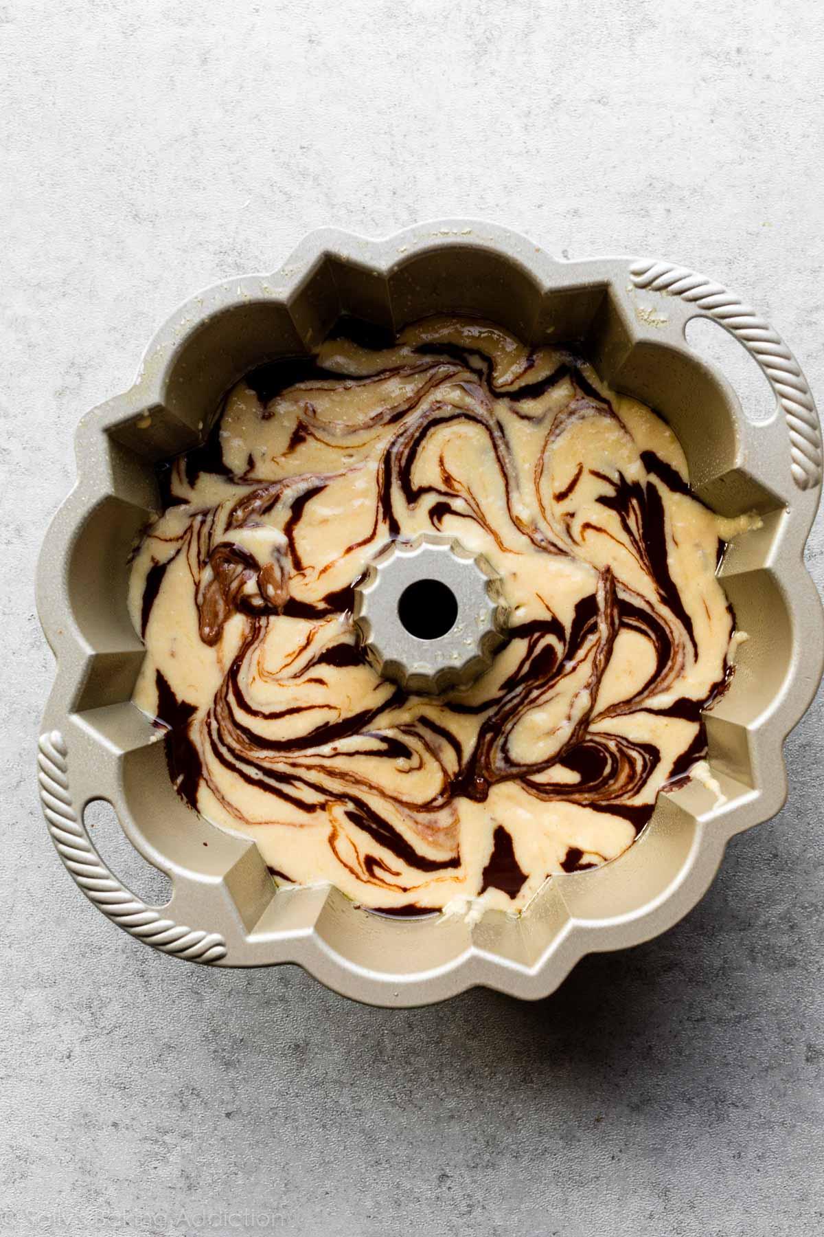 pâte à gâteau à la banane tourbillonnée de ganache au chocolat