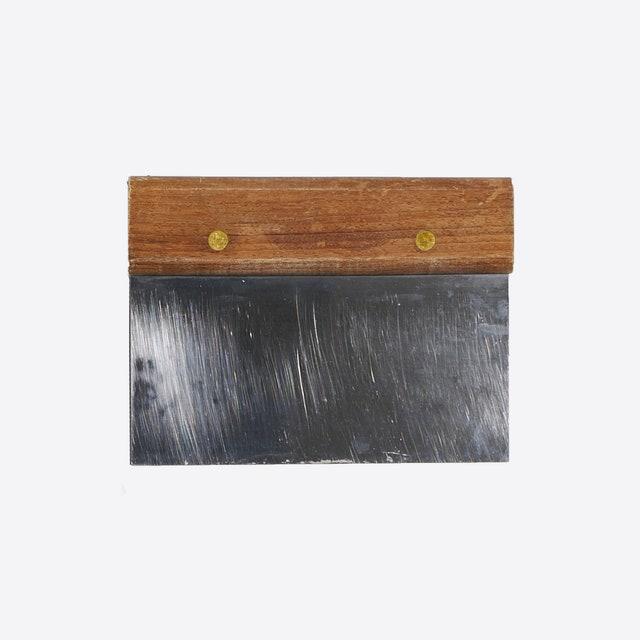 L'image peut contenir des meubles de table en bois franc et buffet de boîte aux lettres de boîte aux lettres