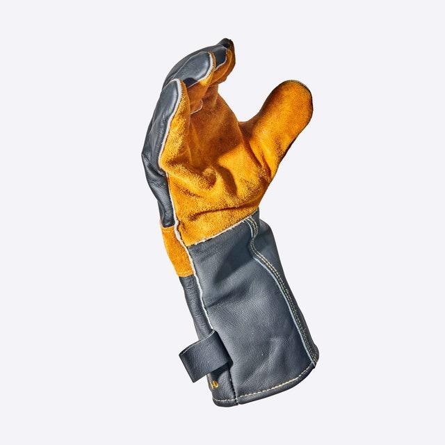 L'image peut contenir des vêtements et des gants