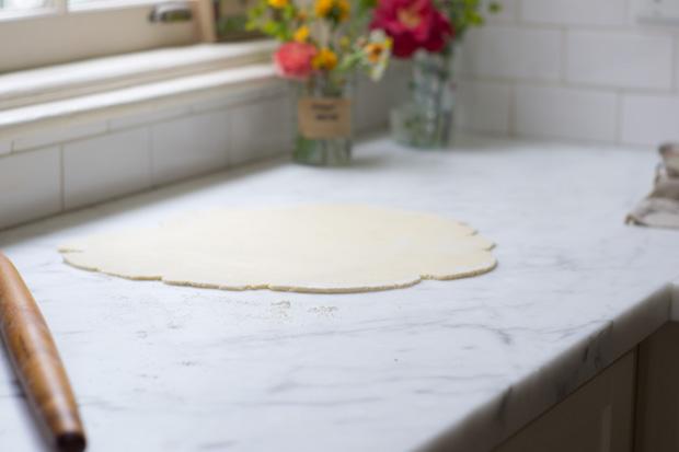 Pâte roulée sur comptoir en marbre