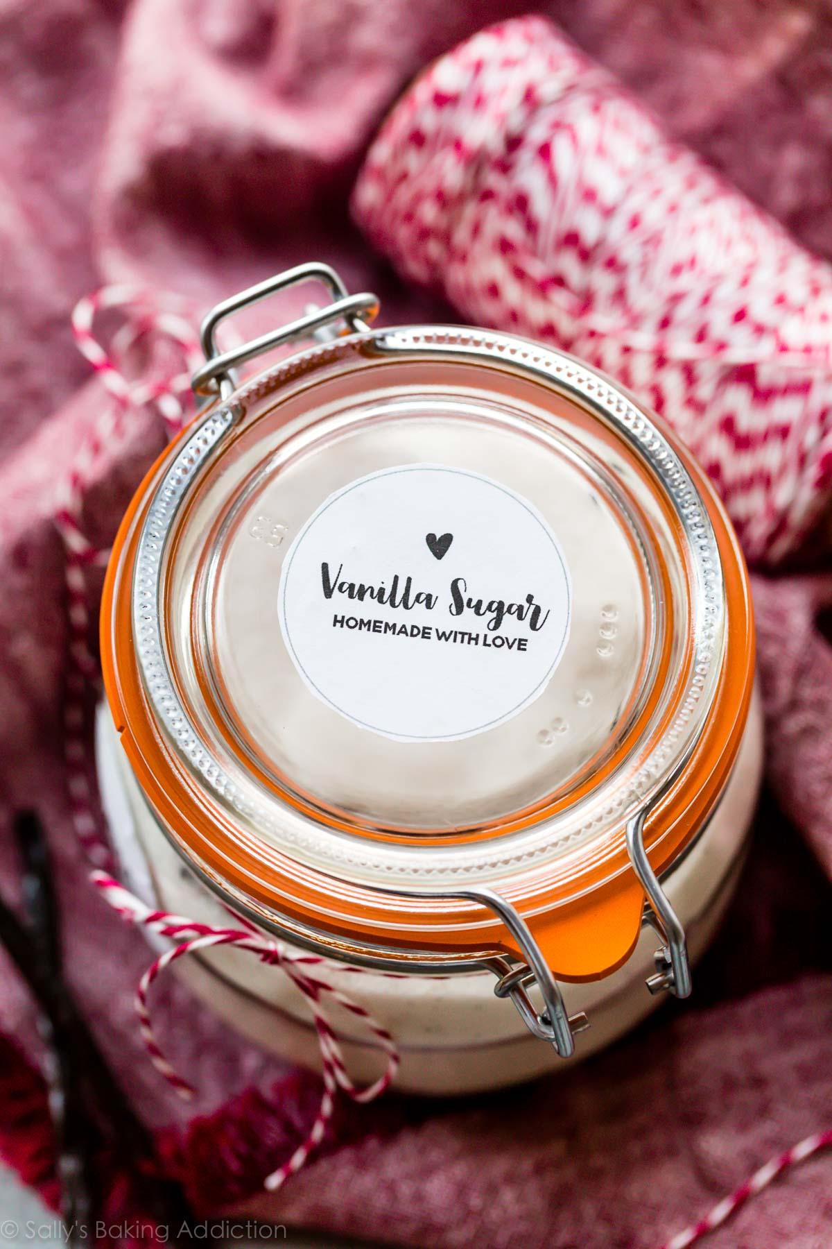 un pot scellé fermé avec du sucre vanillé à l'intérieur