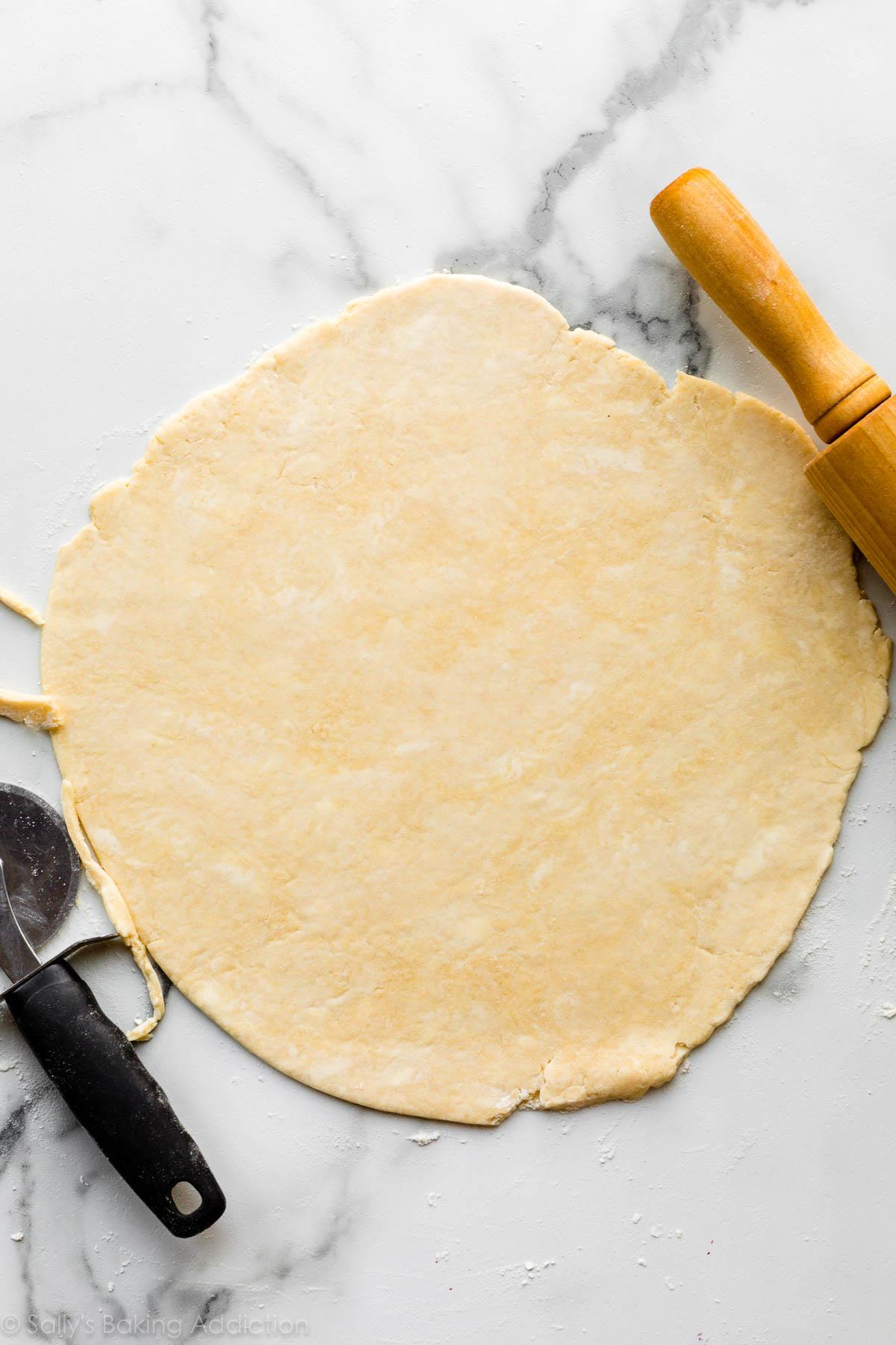 Pâte à tarte galette étalée sur le comptoir